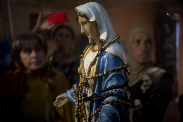 catholic-statue-virgin-mary-weeping-oil-in-israel