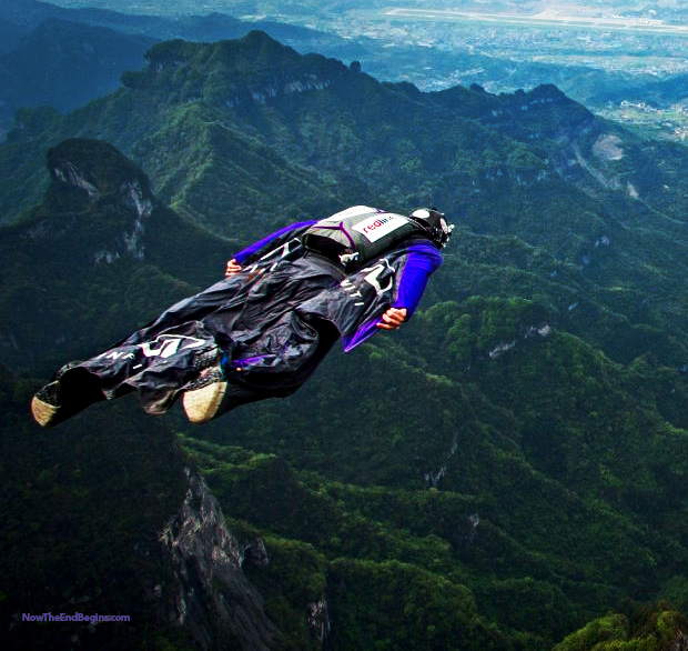 two-daredevil-wingsuit-divers-flyers-tianmen-mountain-china-extreme-sports