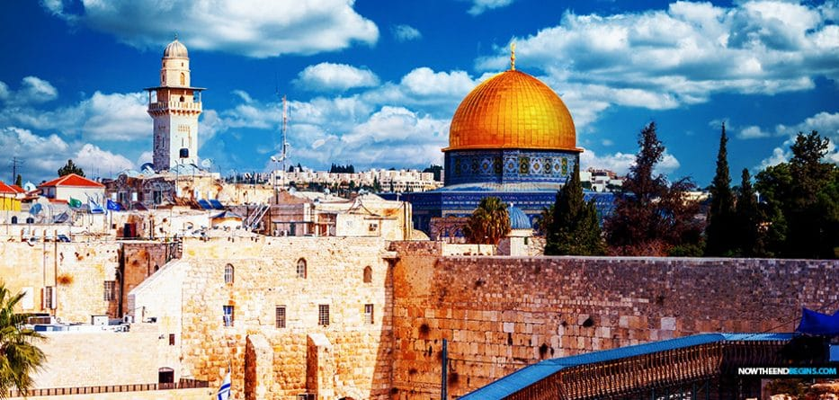 jerusalem-israel-temple-mount-jews-muslims-praying-together-al-aqsa-mosque-abraham-accords
