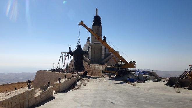 giant-statue-of-jesus-syria-war-raised-up